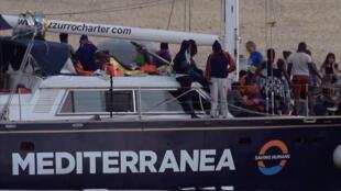 Imagen tomada de un video, que muestra al barco 'Alex', de la ONG Mediterránea, tras atracar en el puerto de Lampedusa, el 6 de julio de 2019, pese al veto de Italia.