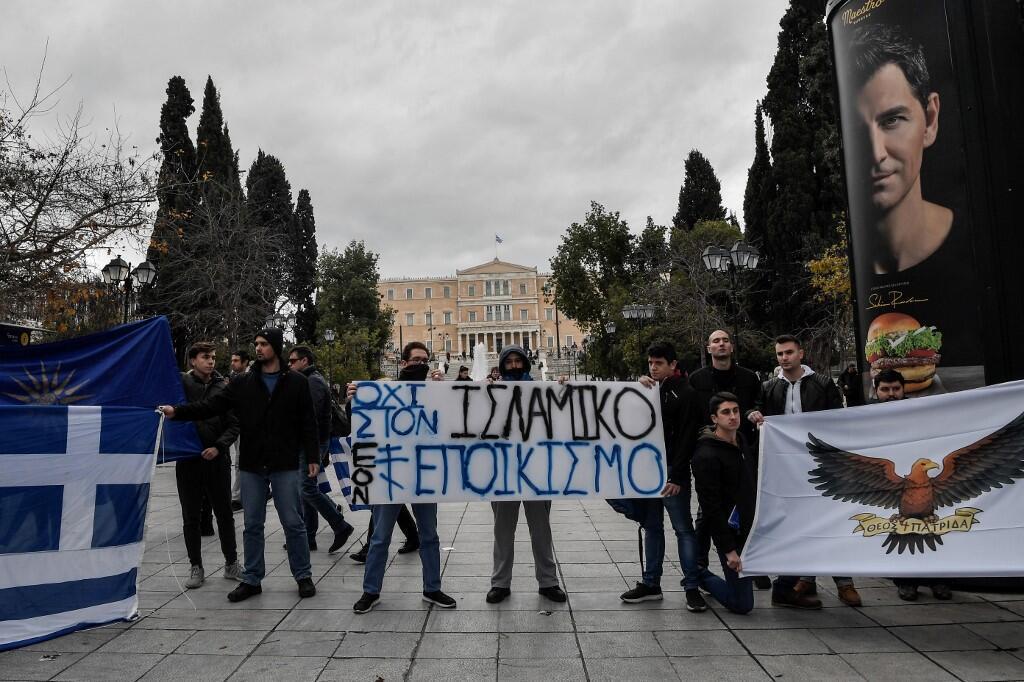 """Grupos nacionalistas y de extrema derecha muestran una pancarta contra """"la colonización islámica de Grecia"""" durante una manifestación antimigrante en Atenas el 19 de enero de 2020."""