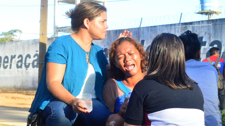 Una mujer llora después de recibir información de que su hermano era uno de los internos que murió durante un motín, frente a una prisión en la ciudad de Altamira, Brasil, el 29 de julio de 2019.