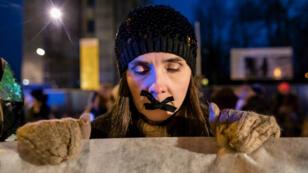 Una mujer manifesta en contra de la ley que podría restringir duramente el derecho al aborto en Polonia, el 10 de enero del 2018.