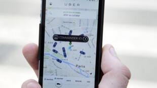 Photo d'archive montrant une personne utilisant l'application Uber pour commander un véhicule Uber Pop.
