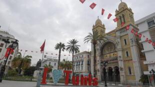 L'avenue Habib Bourguiba, à Tunis, le 18 mars 2020, peu avant l'heure du couvre-feu imposé pour freiner la propagation du coronavirus en Tunisie.