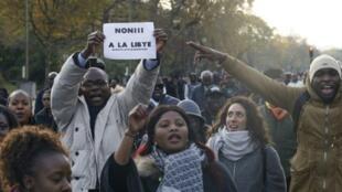"""متظاهرون في باريس نددوا بـ""""العبودية"""" في ليبيا في 18تشرين الثاني/نوفمبر 2017"""