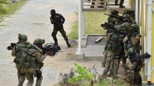 Des soldats des forces spéciales ivoiriennes lors d'un exercice avec des forces françaises le 22 septembre 2017.