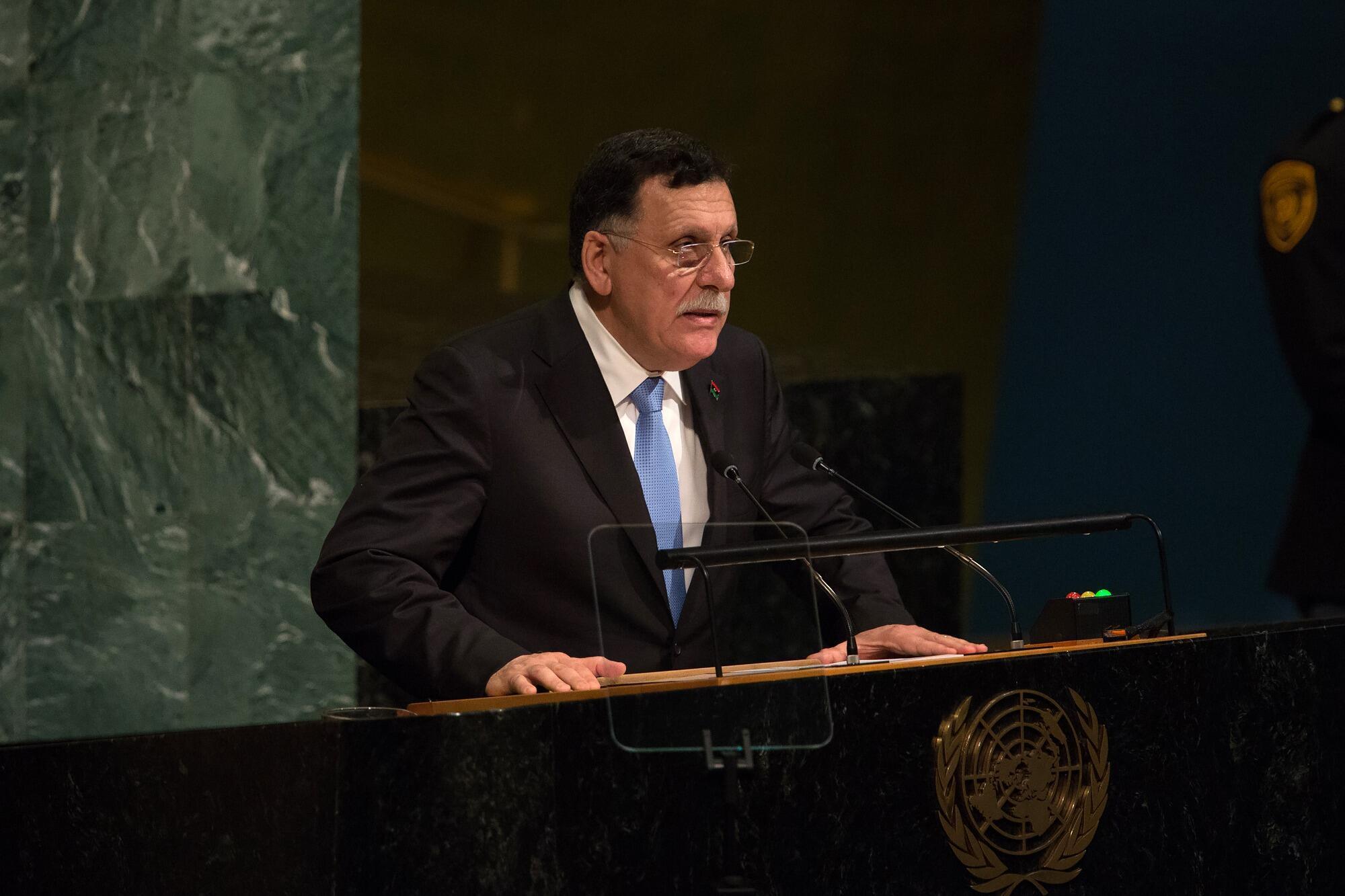 فايز السراج، رئيس حكومة الوفاق الوطني الليبية إحدى الحكومتين المتنازعتين في البلد، أمام الجمعية العامة للأمم المتحدة في نيويورك، 20 سبتمبر/أيلول 2017.