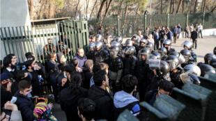 Des manifestants faisant face aux forces de l'ordre lors d'un rassemblement contre le pouvoir à l'université de Téhéran, le 30 décembre 2017.