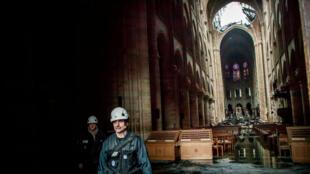Un ouvrier marche dans les décombres de Notre-Dame après la catastrophe qui a ravagé l'édifice lundi 15 avril.
