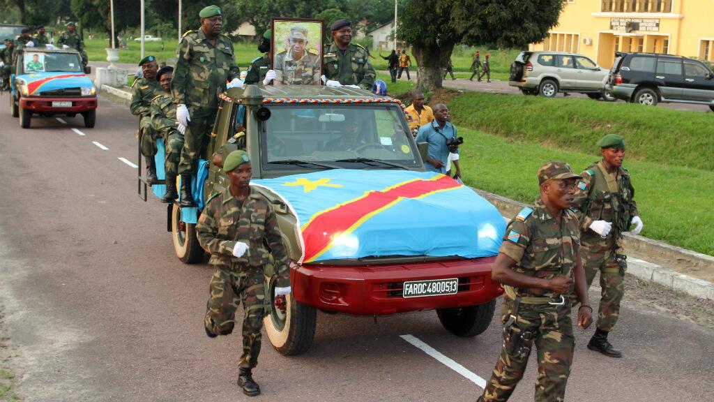 Des soldats congolais escortant le cercueil contenant le corps du colonel Ndala, le 6 janvier 2014, à Kinshasa.