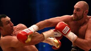 L'Ukrainien Vladimir Klitschko (à gauche) face au Britannique Tyson Fury (à droite)