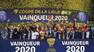 Les joueurs du Paris SG sur le podium avec la Coupe de la Ligue après leur victoire en finale sur Lyon le 31 juillet 2020 au Stade de France