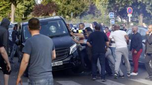 Les chaffeurs de taxi s'en prennent à un conducteur UberPop à Paris, porte Maillot, le 25 juin.