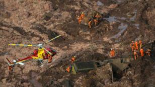 Les équipes de secours travaillent sur le site de la catastrophe, vendredi 25 janvier.