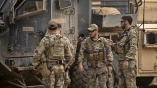 جنود أمريكيون بالقرب من حقل عمر النفطي في محافظة دير الزور السورية، 23 مارس/ آذار 2019