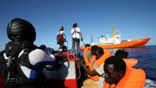 El barco Aquarius (al fondo) ha realizado diversas operaciones de rescate de migrantes en el mar.