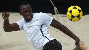 Usain Bolt jouant au football en mars 2013, sur la plage de Copacabana, à Rio.