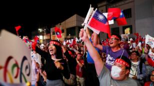 مؤيدو أحد أحزاب المعارضة التايوانية يحتفلون بانتصار حزبهم 24 تشرين الثاني/نوفمبر 2018