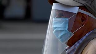 Un anciano sale a pasear con mascarilla y visera el 2 de mayo de 2020 en Madrid