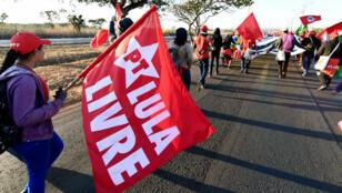 """Des partisans du Mouvement des travailleurs ruraux sans terre (MST) participent à la """"Marche nationale"""" pour soutenir Lula, le 14 août 2018."""