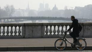 معالم سياحية باريسية تتخفى وراء غيوم من الضباب بسبب التلوث