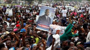 Los simpatizantes de Félix Tshisekedi, líder del principal partido de oposición congoleño, la Unión por la Democracia y el Progreso Social (UDPS), quien fue anunciado como el ganador de las elecciones presidenciales, celebran fuera del cuartel general del partido en Kinshasa, República Democrática del Congo, el 10 de enero. 2019.