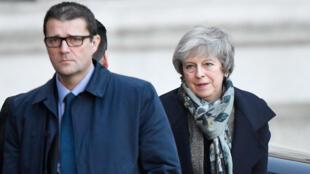 La premier británica, Theresa May, a su llegada a Downing Street en compañía de sus asesores. Diciembre 17, 2018. Londres, Reino Unido.