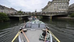 Des caissons de marchandises transportés sur une barge par voie fluviale, le 24 juillet 2020 à Strasbourg