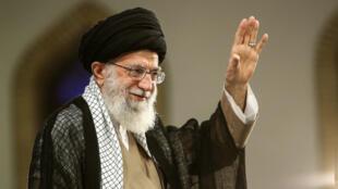 Imagen proporcionada por la oficina del líder supremo de Irán, el ayatolá Ali Jamenei, durante una manifestación en la capital, Teherán. 13 de agosto de 2018.