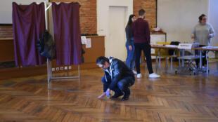 Marquage au sol dans un bureau de vote à Toulouse, le 15 mars 2020.