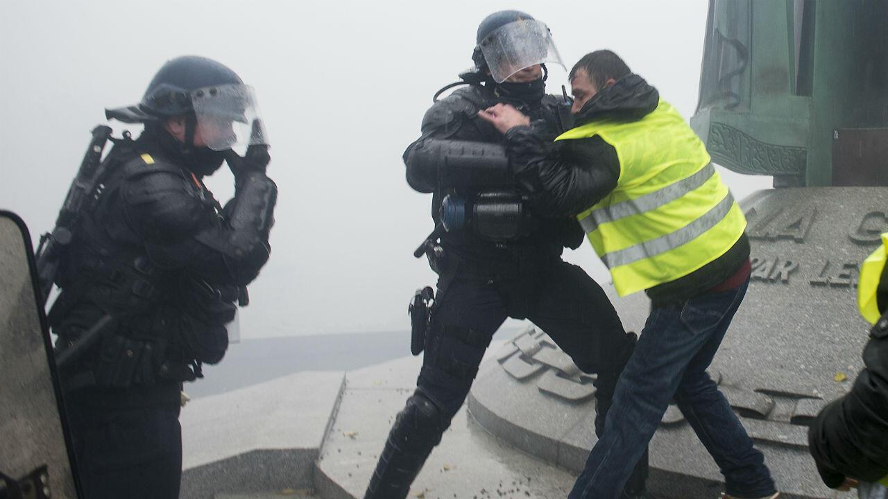 Des forces de l'ordre aux prises avec des Gilets jaunes, samedi 15 décembre 2018, à Nantes.