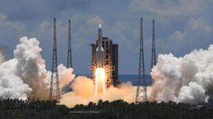 انطلاق الصاروخ الذي يحمل المسبار الصيني من قاعدة وينشانغ الفضائية في هاينان في 23 تموز/يوليو 2020.