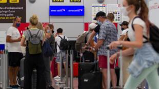 Turistas británicos aguardan ante el mostrador de un vuelo a Londres el 27 de julio de 2020 en el aeropuerto de Palma de Mallorca