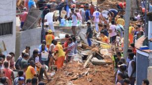 Vecinos y rescatistas buscan a las víctimas de un deslizamiento de tierra en Niteroi, comunidad del estado de Río de Janeiro, Brasil. 10 de noviembre de 2018.