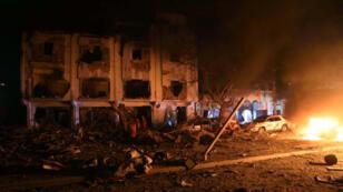 La escena del ataque de este jueves por la noche en Mogadiscio, Somalia, quedó en llamas después de la epxlosión de un camión bomba