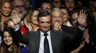 François Fillon devient le candidat de la droite et du centre pour l'élection présidentielle de 2017, le 27 novembre 2016.