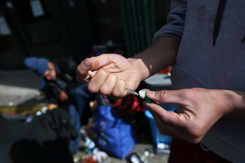 Imagen de archivo. Un usuario utiliza una jeringa desechable que ofrece un centro de salud durante la crisis de salud en Vancouver, Canadá, el 6 de abril de 2020.