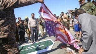عراقيون يحرقون العلمين الأمريكي والسعودي بمسيرة يوم القدس في البصرة جنوب العراق 23 يونيو 2017