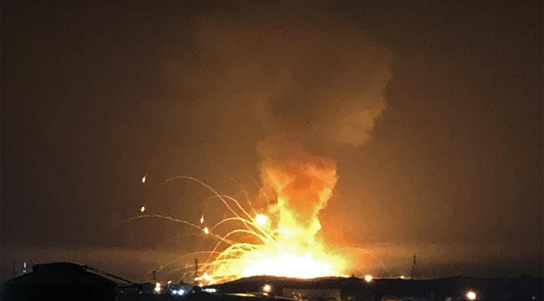صورة منشورة في موقع تويتر عن الحريق الذي اندلع فجر الجمعة في مستودع للذخيرة في منطقة الزرقاء الأردنية. 11 سبتمبر/أيلول 2020.