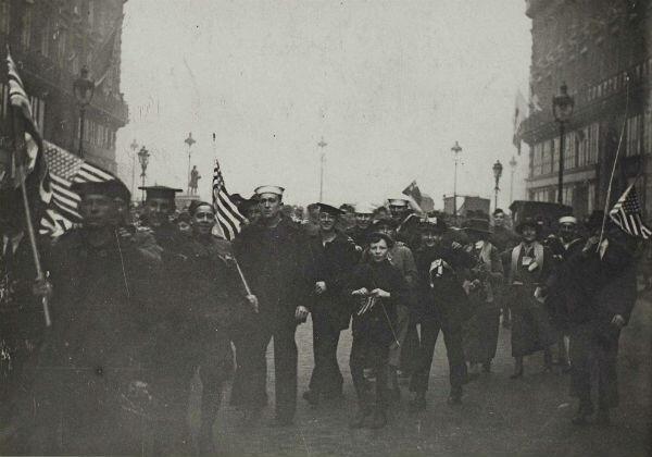 Avenue de l'Opéra. Cortège de marins américains et de parisiens fêtant l'armistice