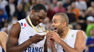 Florent Pietrus et Tony Parker, le 22 septembre 2013, célèbrent le titre de champion d'Europe conquis par la France.