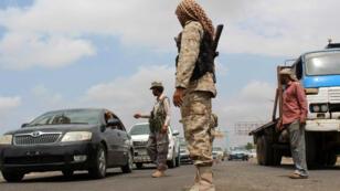 Des soldats loyalistes au président Abd Rabbo Mansour Hadi, samedi 9 avril 2016, à un check-point d'une rue d'un quartier résidentiel d'Aden.