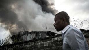À Kinshasa, la Commission électorale nationale indépendante maintient les élections malgré l'incendie d'un de ses bureaux de vote.