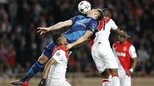 Arsenal's French striker Olivier Giroud (C) fights for the ball with Monaco's Brazilian defender Wallace (L).