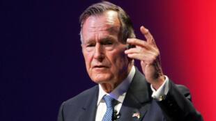 El expresidente de los Estados Unidos, George H. W. Bush, habla en la Cumbre de Liderazgo Mundial en Abu Dabi, Emiratos Árabes Unidos, el 21 de noviembre de 2006.