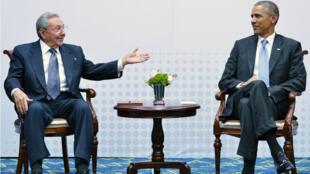 Premier rapprochement historique entre Barack Obama et Raul Castro, qui se sont entretenus lors du septième Sommet des Amériques à Panama, le 11 avril 2015.