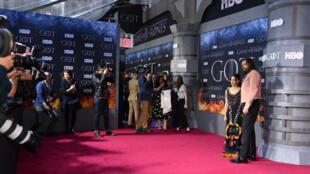 """L'acteur de la série """"Games of Thrones"""" Jason Momoa et sa femme l'actrice Lisa Bonet sur le tapis rouge pour la dernière saison, le 3 avril 2019 à New York"""