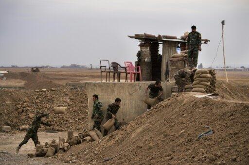 مقاتلون من البشمركة يقيمون حاجزا من الرمال في شمال بلدة شاقولي (35 كلم شرق الموصل)