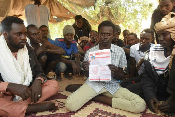 Salah Ismael Abderahmane montre le résultat du test HIV qui lui a été imposé après son agression par des hommes armés libyens.