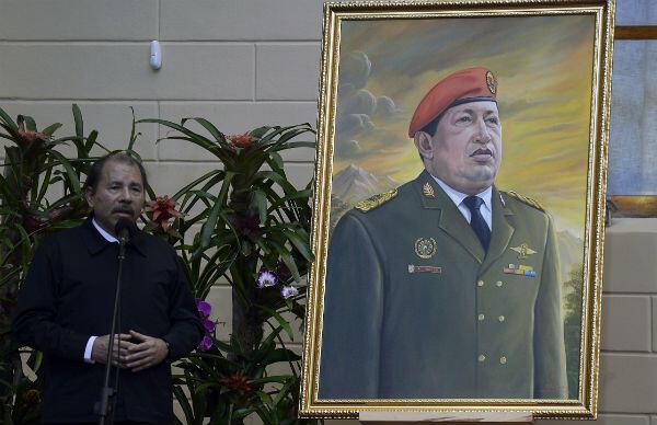 Daniel Ortega s'exprime devant un portrait de l'ancien président vénézuélien Hugo Chavez, lors d'un sommet à Caracas le 5 mai 2013.