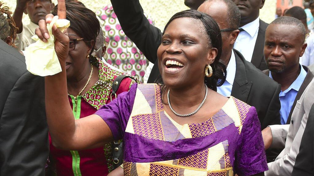 Simone Gbagbo accueillie par une foule de sympathisants devant sa résidence, le 8 aôut 2018.