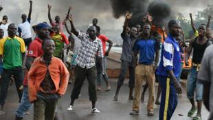 Des manifestants brûlent des pneus à Ouagadougou, le 19 septembre 2015.